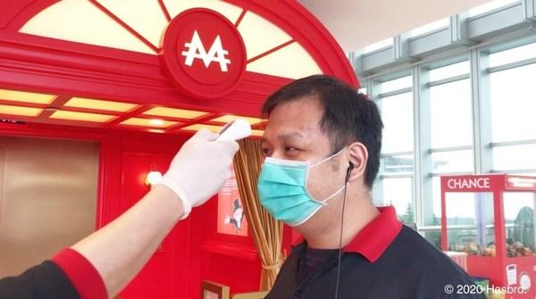 所有工作人員須每日監測體溫,工作期間全程佩戴口罩和一次性乳膠手套。